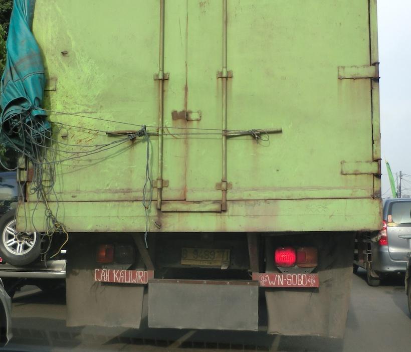 Pesan bak truck, tertulis di pintu belakang karoseri bak truk